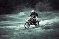 Snelle motocross dirtbike ruiter op zand Royalty-vrije Stock Foto's
