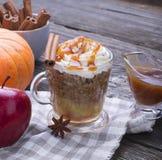 Snelle ontbijtsnack gedurende enkele minuten in de microgolf Traditionele appeltaart in mok met slagroom snel royalty-vrije stock foto