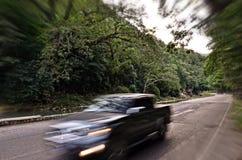 Snelle reis langs rivierweg Stock Foto's
