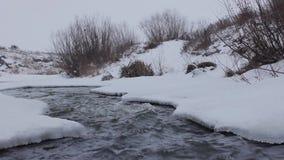 Snelle stroom in de winterrivier stock video