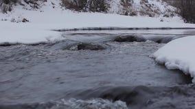 Snelle stroom in de winterrivier stock videobeelden