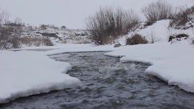 Snelle stroom in de winterrivier stock footage