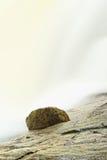 Snelle stroom Het hoogtepunt van de bergrivier van koud bronwater Pantoffel grote stenen en schuimend koel water rond Stock Foto's