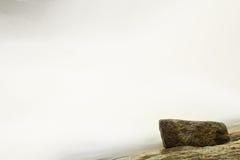 Snelle stroom Het hoogtepunt van de bergrivier van koud bronwater Pantoffel grote stenen en schuimend koel water rond Stock Foto