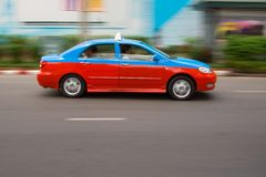 Snelle taxi in stadsverkeer stock foto