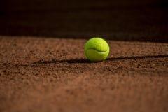 Snelle tennisbal op kleihof Stock Foto's