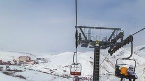 Snelle timelapserit op de ski van de kabellift bij de skitoevlucht 4K timelapse Januari 2017, Kazachstan stock video