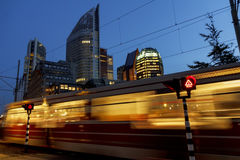Snelle Tram bij Cityscape van Den Haag Stock Foto