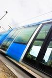 Snelle tram met motieonduidelijk beeld stock afbeelding