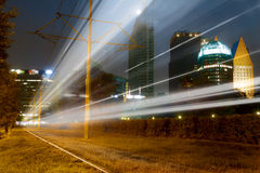 Snelle Trein bij Cityscape van Den Haag Stock Foto