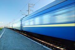 Snelle trein die overgaat door Stock Foto