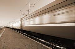 Snelle trein die overgaat door Stock Fotografie