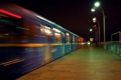 Snelle trein die post met motieonduidelijk beeld verlaat Stock Fotografie
