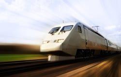 Snelle trein met motieonduidelijk beeld Royalty-vrije Stock Foto's