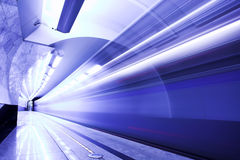 Snelle trein in metro stock afbeelding