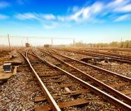 Snelle treinlooppas op sporen Royalty-vrije Stock Foto