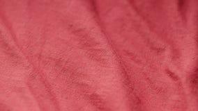 Snelle verticale die pan van een rode textiel van polyester en katoen wordt geschoten stock footage