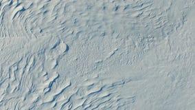 Snelle vlucht boven sneeuwgebieden in de winter, luchtpanorama Sneeuwpatroon en textuur stock video