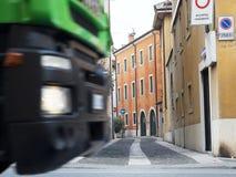 Snelle vrachtwagen in de stad stock foto