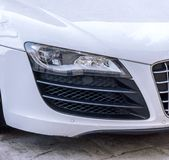 Snelle witte dichte auto en koplamp stock foto's