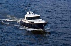 Snelle witte motorboot op blauw water stock afbeeldingen