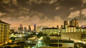 Snelle Wolken boven de Stadshorizon van Bangkok bij nacht, Timelpase in HDR stock videobeelden