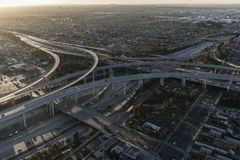 Snelweg 105 en 110 Dawn Aerial van Los Angeles Stock Foto