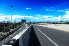 Snelwegen of Wegen en Bruggen, de windende wegen van de stad met blauwe hemel stock foto's