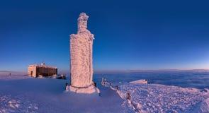 Snezka山的峰顶在Krkonose山的冬天 在日落以后的全景Snezka在美丽的淡色col发出丁当声 免版税库存图片