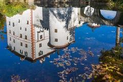 Sneznik slott som reflekterar i dammet Arkivfoton