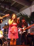 sångaren av vägledningsmusikbandet Mindy Smokestacks sjunger, som hon sitter fast med Arkivfoton