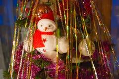 Snögubbe på julgranen Arkivbild