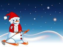 Snögubben som bär en Santa Claus dräkt, skidar med stjärna-, himmel- och snökullebakgrund för din designvektorillustration Arkivbilder