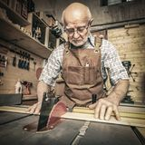 Snickare Cutting Wood arkivbild