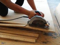 Snickare Cutting Wood royaltyfria bilder