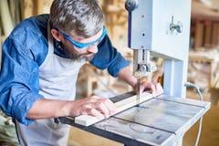 Snickare Cutting Wood i snickeri fotografering för bildbyråer