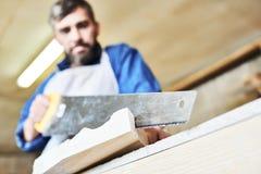 Snickare Hand Cutting Wood arkivbild