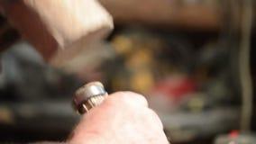 Snickare med hammaren och stämjärnet lager videofilmer