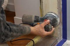 Snickare på arbete med den elektriska slipmaskinen Royaltyfri Fotografi