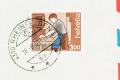 Snickare på 3 schweiziska Franc Stamp på kuvert fotografering för bildbyråer