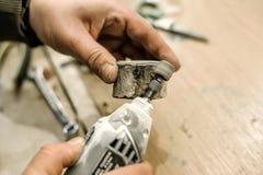 Snickare som använder den elektriska handmolar Royaltyfri Fotografi