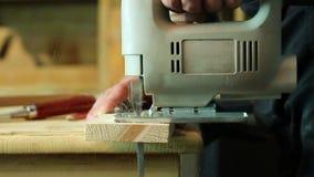 Snickare som arbetar med figursågen lager videofilmer