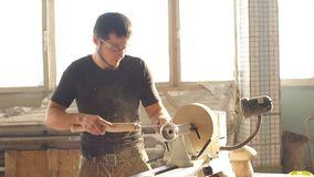 Snickare som arbetar med nivån på träbakgrund stock video