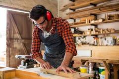Snickare som arbetar på hans hantverk fotografering för bildbyråer