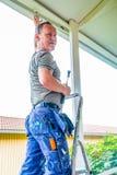 Snickare som bygger en farstubro, hem- konstruktion Bild av en byggmästare royaltyfri foto