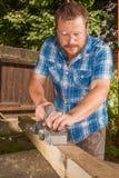 Snickare som gå i flisor träplankan fotografering för bildbyråer