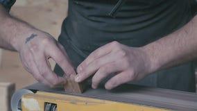 Snickare som rymmer trät och polermedlen det detaljer av arbetet lager videofilmer