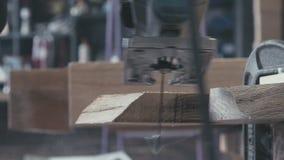 Snickare som rymmer trät och polermedlen det malande arkivfilmer