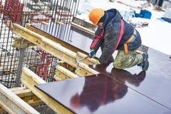 Snickarearbetare som förbereder konstruktionsformwork Arkivbild