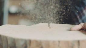 SnickareCutting Wood With Handsaw i seminarium lager videofilmer